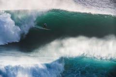 Bild-Surfer auf blauer Ozean-großer Außenseiter-Welle in Kalifornien lizenzfreie stockbilder
