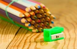Bild vieler Bleistifte auf dem Holztisch Stockfotografie