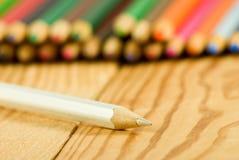 Bild vieler Bleistifte auf der Holztischnahaufnahme Lizenzfreies Stockbild
