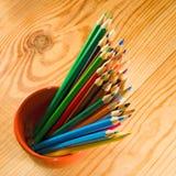 Bild vieler Bleistifte auf der Holztischnahaufnahme Stockfotos