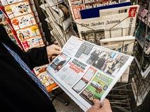 Bild Vladimir Kliciko da imprensa do quiosque de jornal da imprensa da compra do homem superior fotografia de stock
