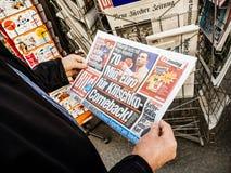 Bild Vladimir Kliciko da imprensa do quiosque de jornal da imprensa da compra do homem superior imagem de stock