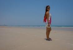 Bild in voller Länge des Modells schauend über Schulter auf blauem Himmel des Strandfreien raumes Stockbild
