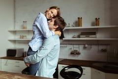 Bild in voller Länge von romantischen Paaren zu Hause stockfotografie