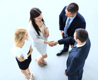 Bild in voller Länge von zwei erfolgreichen Geschäftsleuten, die Hände rütteln Stockbild