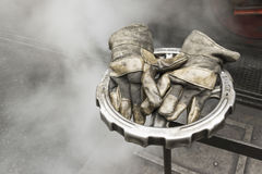 Bild von abgetragenen ledernen Arbeitshandschuhen Lizenzfreie Stockfotos