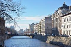 Bild von alten Stadtflussbänken mit historischen Architekturgebäuden Lizenzfreie Stockbilder