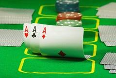 Bild von Chips und von Karten für das Spielen der Pokernahaufnahme Lizenzfreie Stockfotografie