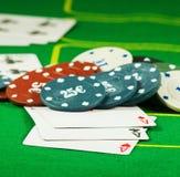 Bild von Chips und von Karten für das Spielen der Pokernahaufnahme Stockbilder