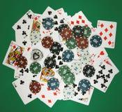Bild von Chips und von Karten für das Spielen der Pokernahaufnahme Lizenzfreies Stockbild