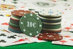 Bild von Chips und von Karten für das Spielen der Pokernahaufnahme Stockbild
