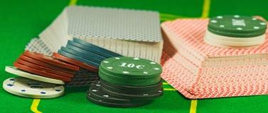 Bild von Chips und von Karten für das Spielen der Pokernahaufnahme Stockfoto