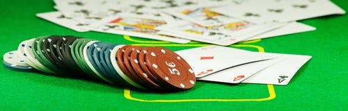 Bild von Chips und von Karten für das Spielen der Pokernahaufnahme Stockfotos