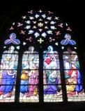 Bild von christlichen Heiligen auf Buntglas in der Kirche Stockbilder