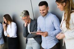 Bild von den Geschäftsleuten, die in ihrer Firma sich besprechen stockbild