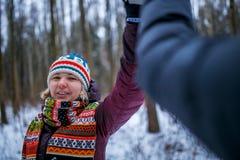 Bild von den Leuten, die Händedruck im Winterwald machen Stockfoto