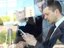 Bild von den Teilhabern, die Dokumente und Ideen besprechen lizenzfreies stockfoto