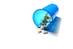 Bild von den verschiedenen Pillen, die aus einem Plastikglas heraus verschüttet werden Lizenzfreies Stockfoto