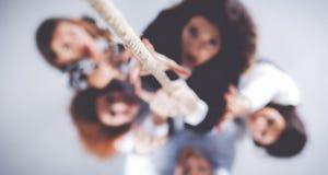 Bild von den Wirtschaftlern, die herauf das Seil aufsteigen stockbilder