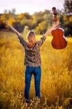 Bild von der Rückseite einer glücklichen jungen Frau auf dem karierten Hemd Lizenzfreie Stockfotografie