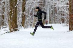 Bild von der Seite des Athleten auf Lauf im Winter Stockbilder