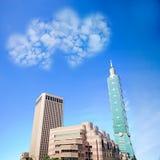 Bild von eine Herzwolke auf blauem Himmel Stockfoto