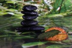 Bild von Energie-und Wellness Steinen, von Badekurort und von Massage Lizenzfreie Stockfotografie