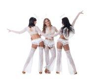 Bild von fröhlichem gehen-gehen die Tänzer, die als Engel gekleidet werden Stockbilder