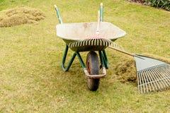Bild von Gartenwerkzeugen im Garten stockbilder