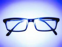 Bild von Gläsern im Bleulicht stockbild