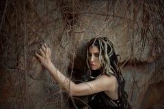 Bild von Gorgon Medusa, von Zopfhaar und von Gold schlängelt sich, Nahaufnahmeporträt Gotisches Make-up in den grünen Schatten Hi stockbild