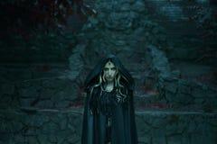 Bild von Gorgon Medusa, von Zopfhaar und von Gold schlängelt sich, Nahaufnahmeporträt Gotisches Make-up in den grünen Schatten Di stockbild