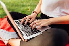 Bild von Händen, Finger, schreibend auf dem Tastaturtext stockbilder