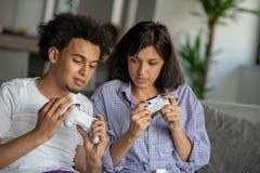 Bild von jungen liebevollen Paaren in der Küche zu Hause zuhause Pizza und das Spielen von Spielen mit Konsole essen stockfotografie