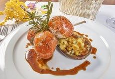 Bild von Lammhieben auf einem Bett von Gemüse Aubergine angefüllt mit Gemüse Stockfotos