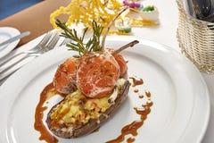 Bild von Lammhieben auf einem Bett von Gemüse Aubergine angefüllt mit Gemüse Lizenzfreies Stockfoto