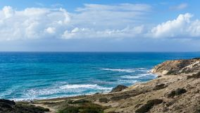 Bild von Meer, von bewölktem Himmel und von hügeliger Steigung Stockfoto
