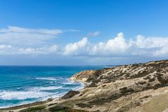 Bild von Meer, von bewölktem Himmel und von Steigung mit Vegetation Lizenzfreies Stockbild