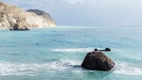 Bild von Meer, Felsen, felsige Steigung, bewölkter Himmel Stockfoto