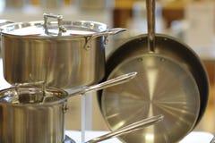 Bild von neuen Töpfen und von Wannen für im Verkauf kochen Stockfoto