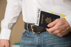 Bild von Personen übergeben das Halten des amerikanischen Passes und bereiten vor, um zu reisen Stockfoto