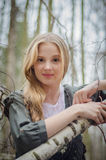 Bild von rührenden Birkenzweigen und von Lächeln des schönen Mädchens stockfotografie