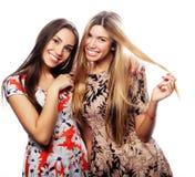 Bild von reizend junge Mädchen im bunten Kleid Lizenzfreie Stockfotos