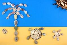 Bild von Seashells, tropischer Strand, Palme, Schildkröten, Sonne Lizenzfreie Stockfotos