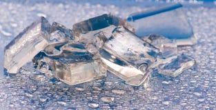 Bild von Stücken des Eises und der Wassertropfennahaufnahme Stockfoto
