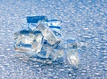 Bild von Stücken des Eises und der Wassertropfennahaufnahme Stockfotografie