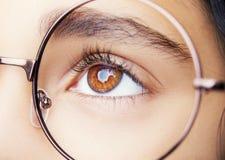 Bild von tragenden Gläsern eines schönen jungen Mädchens Schließen Sie herauf Schuss Lizenzfreies Stockfoto