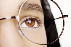 Bild von tragenden Gläsern eines schönen jungen Mädchens Schließen Sie herauf Schuss Stockbild