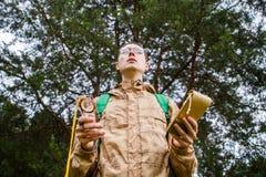 Bild von unterhalb des Mannes mit Kompass Lizenzfreie Stockfotos