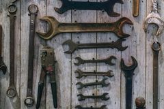 Bild von Vielzahl von handlichen Werkzeugen Satz Werkzeuge auf Täfelungsrückseite Stockbild